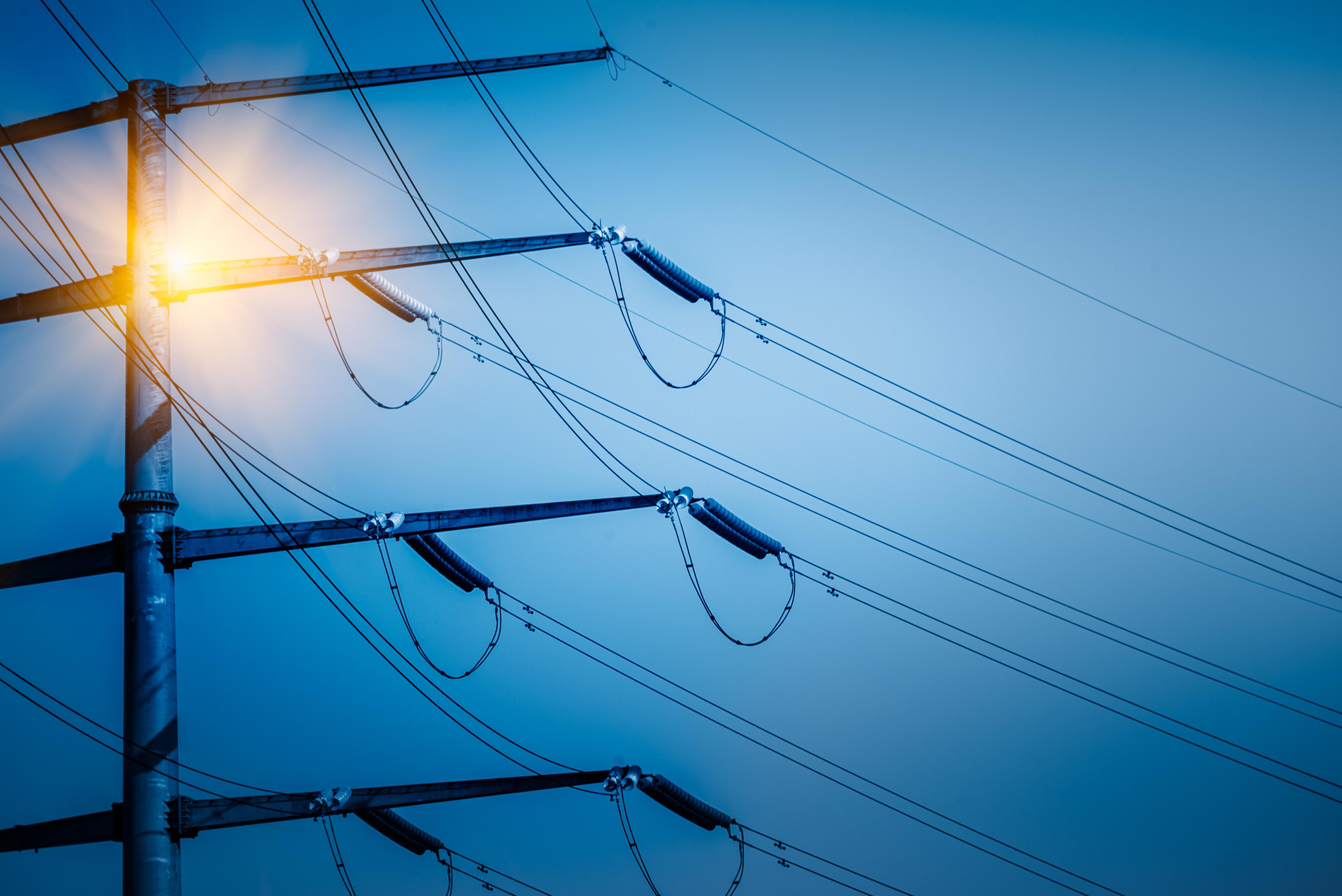 Kompensacja energii biernej to jeden ze sposobów ograniczania wydatków na energię elektryczną w firmie.