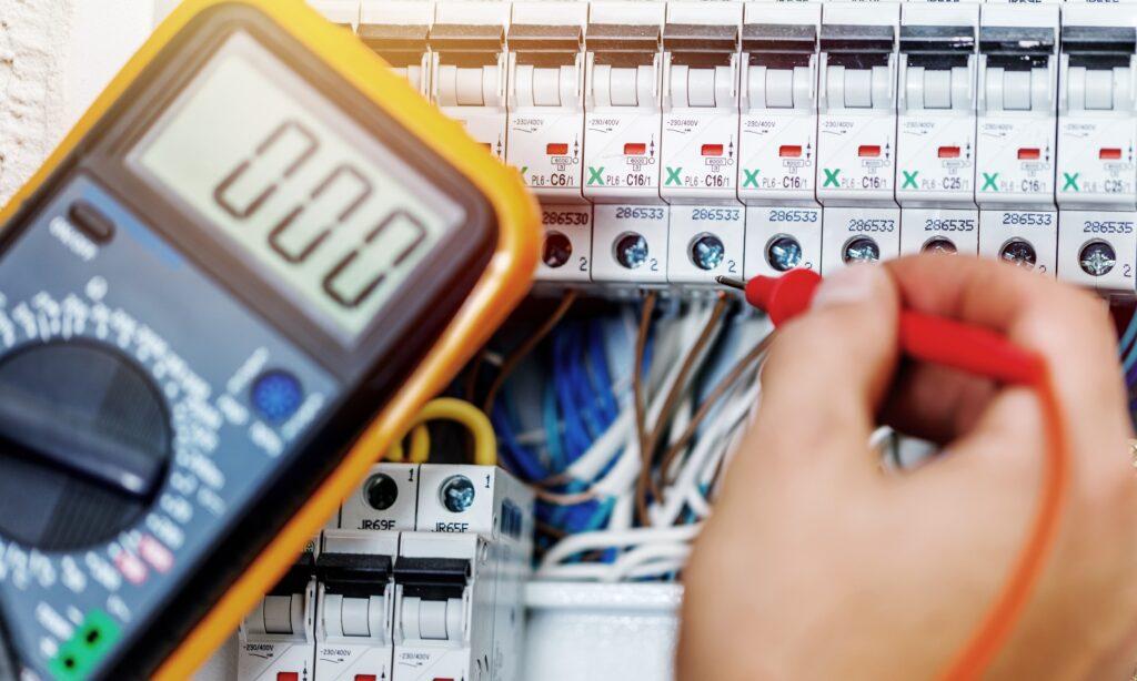 Specjalista dostosowuje układ pomiarowy do zasady TPA.